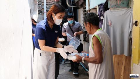 มูลนิธิธรรมนิติ ส่งมอบอาหารกลางวัน (ครั้งที่ 1) จำนวน 200 กล่อง ให้แก่ชุมชนวัดประดู่ธรรมาธิปัตย์